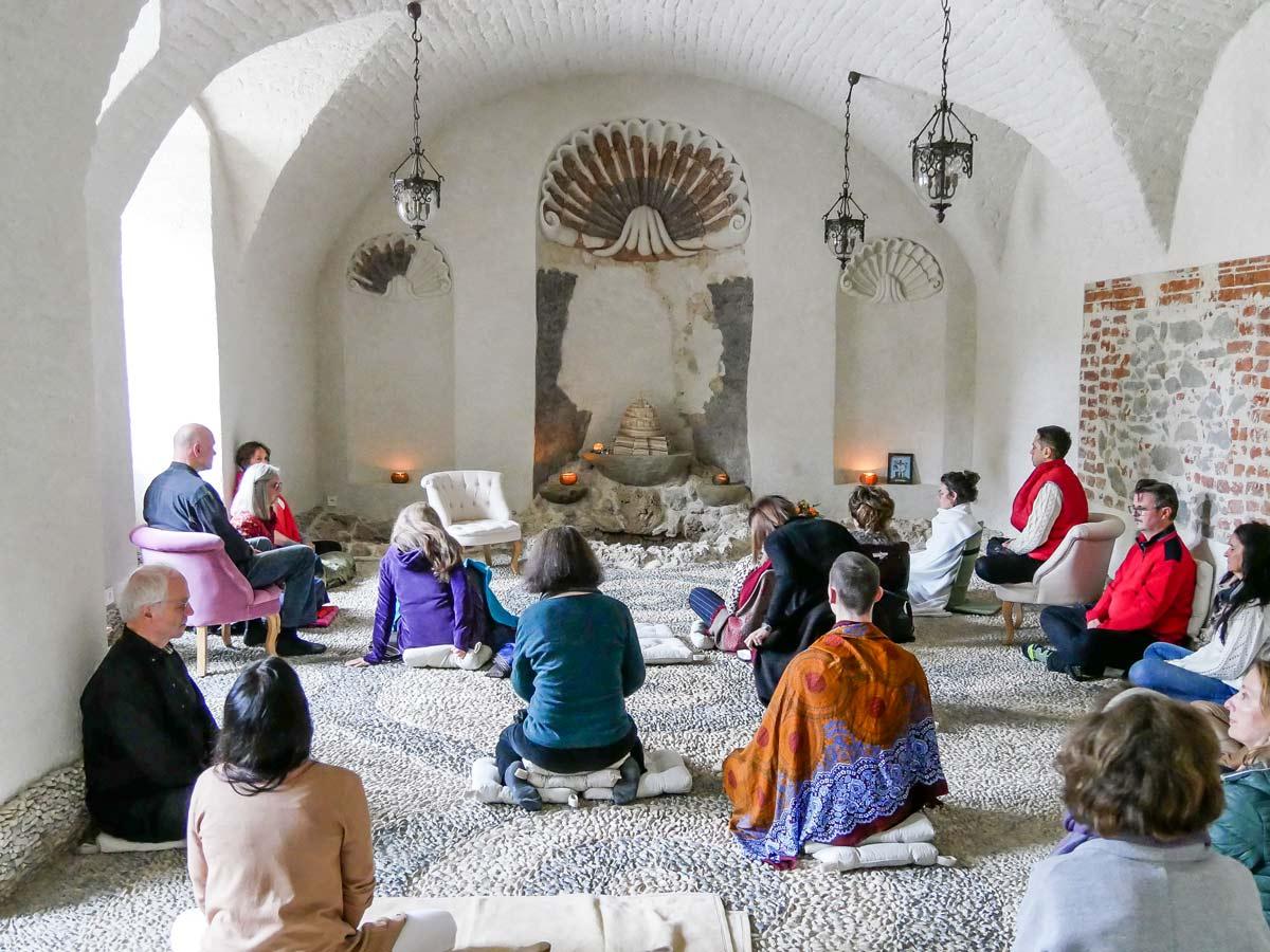 Menschen meditieren in der Grotte